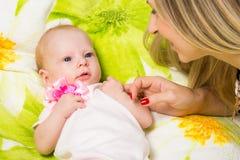 Minha mãe olha seu bebê de dois meses Imagem de Stock