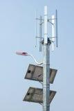 Mini énergie éolienne et panneaux solaires images libres de droits