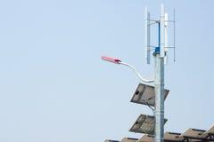 Mini énergie éolienne et panneaux solaires Photographie stock libre de droits