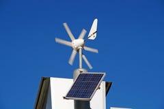 Mini énergie éolienne et panneaux solaires pour l'usage domestique Image stock