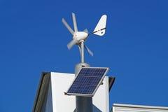 Mini énergie éolienne et panneaux solaires pour l'usage domestique Photographie stock libre de droits