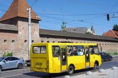 Mini ônibus amarelo nas ruas de Lviv em Ucrânia imagens de stock royalty free