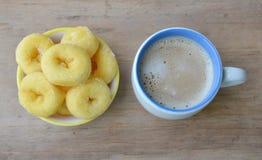 Mini anillos de espuma en el café de la taza y de la leche imágenes de archivo libres de regalías