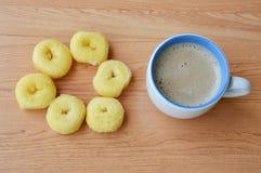 Mini anillos de espuma y taza de café fotos de archivo libres de regalías