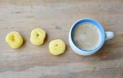 Mini anillos de espuma y taza de café de la leche fotografía de archivo
