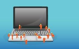 Mini- arbetare som arbetar på en bärbar datordator royaltyfri illustrationer