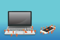 Mini- arbetare som arbetar på en bärbar datordator och en smartphone royaltyfri illustrationer