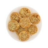 Mini bagels da pizza de queijo em uma placa branca Foto de Stock