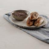 Mini-baguette avec les graines de lin et la céréale images stock