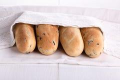 Mini baguette quatre fraîchement cuite au four avec les olives et le romarin photos stock