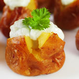 Mini Baked Potatoes com molho de queijo roquefort. Imagens de Stock Royalty Free