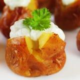 Mini Baked Potatoes con la preparación de queso verde. Imágenes de archivo libres de regalías