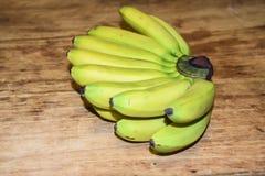 Mini- bananer på en träbakgrund Arkivfoto