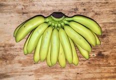 Mini- bananer på en träbakgrund Royaltyfri Bild