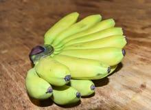 Mini bananes sur un fond en bois Images stock