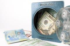 Mini banco del dinero, seguro con el dinero Aislado en el fondo blanco imagen de archivo