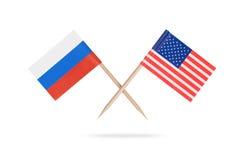 Mini bandeiras cruzadas EUA e Rússia imagens de stock royalty free