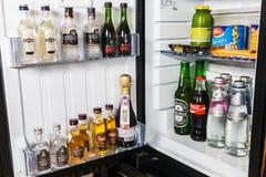 mini barra con los refrescos, la vodka, el vino y la cerveza en el hotel Foto de archivo
