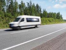 Mini barramento branco na estrada do país, borrão de movimento Fotos de Stock
