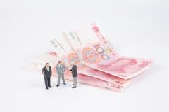 Mini bedrijfsmensen op bankbiljetten royalty-vrije stock foto's