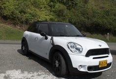 Mini biały samochód parkujący zdjęcia royalty free