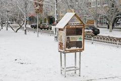 Mini biblioteca installata alla via per lo scambio di già Immagini Stock Libere da Diritti