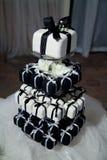 Mini Black et gâteaux et rubans de mariage blancs Photos libres de droits