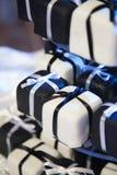Mini Black et gâteaux et rubans de mariage blancs Photographie stock