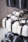 Mini Black et gâteaux et rubans de mariage blancs Images stock