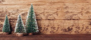 Mini bois d'arbre de Noël sur la table en bois rustique et le brun foncé h images stock