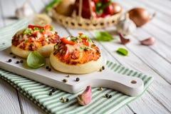 Mini bollos de la pizza con el jamón, el paprika, la cebolla verde y el queso Imagen de archivo libre de regalías