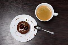Mini bolo de queijo com chocolate e cereja Fotos de Stock Royalty Free