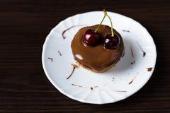 Mini bolo de queijo com chocolate e cereja Foto de Stock Royalty Free