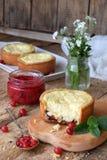 Mini bolo de queijo da airela em formulários do queque Servido na placa de corte com doce e bagas Copie o espaço Fotos de Stock Royalty Free