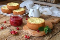 Mini bolo de queijo da airela em formulários do queque Servido na placa de corte com doce e bagas Copie o espaço Fotos de Stock