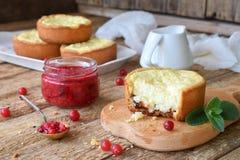 Mini bolo de queijo da airela em formulários do queque Servido na placa de corte com doce e bagas Copie o espaço Imagem de Stock Royalty Free