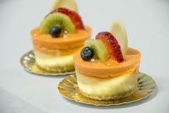 mini bolo de queijo tailandês do chá com fruto na parte superior imagens de stock