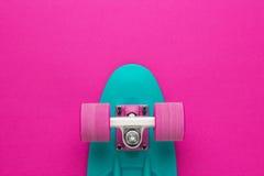 Mini bordo dell'incrociatore sulla parte posteriore rosa-intenso fotografie stock