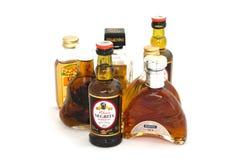 Mini bouteilles d'alcool sur un fond blanc Kouvola, Finlande 21 07 2015 Images stock