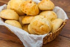 Mini- bröd i korg Arkivbild