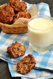 Mini- bröd med ett exponeringsglas av mjölkar Arkivbild