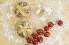 Mini Breads, vitlök och nya Cherry Tomatoes Royaltyfria Bilder