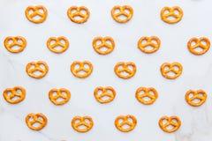 Mini bretzels sur le fond blanc photographie stock