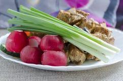 Mini brochettes de poulet et d'une garniture des légumes frais Photo stock