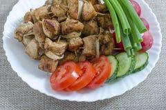Mini brochettes de poulet et d'une garniture des légumes frais Photo libre de droits