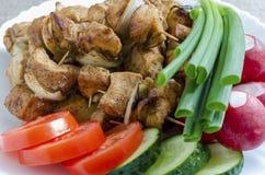 Mini brochettes de poulet et d'une garniture des légumes frais Image libre de droits