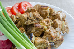 Mini brochettes de poulet et d'une garniture des légumes frais Photographie stock libre de droits