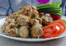 Mini brochettes de poulet et d'une garniture des légumes frais Photos stock