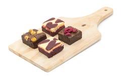 mini brownie sul bordo di legno isolato su fondo bianco immagini stock