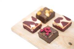 mini brownie sul bordo di legno isolato su fondo bianco fotografia stock libera da diritti